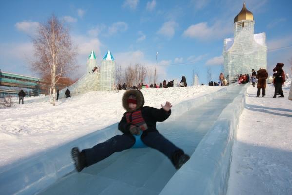 Ледовый городок на набережной —традиционное место отдыха горожан зимой