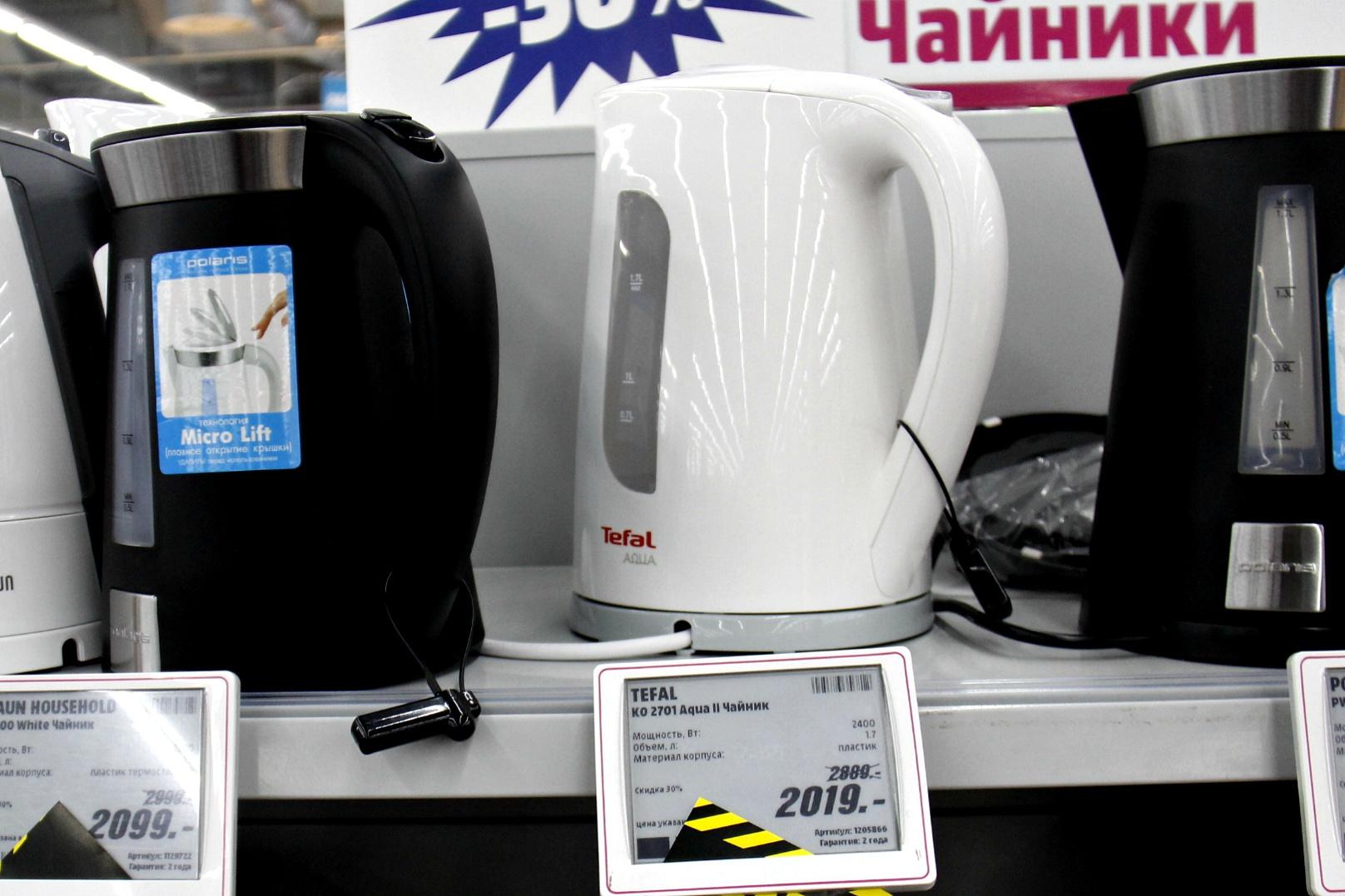 Точно такой же чайник (белый в центре) можно купить выгодней и в других магазинах