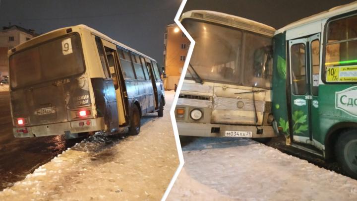 Утром в Архангельске на остановке столкнулись два пазика