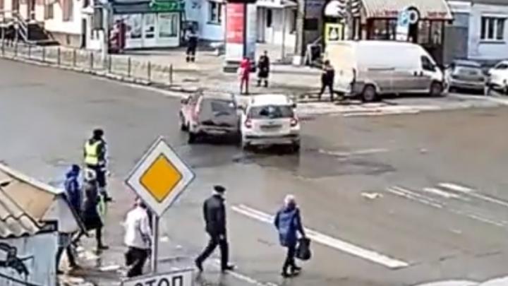 «Шкода» проигнорировала сигнал регулировщика на Ленина и после аварии выкатилась на пешеходов