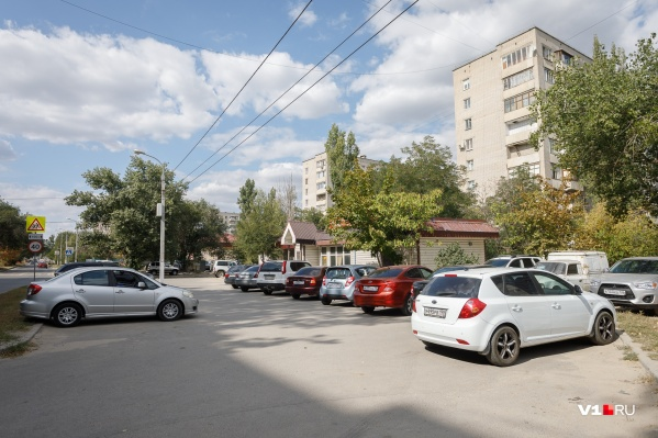 Большинство волгоградцев высказались за сохранение парковки, но чиновникам всё равно