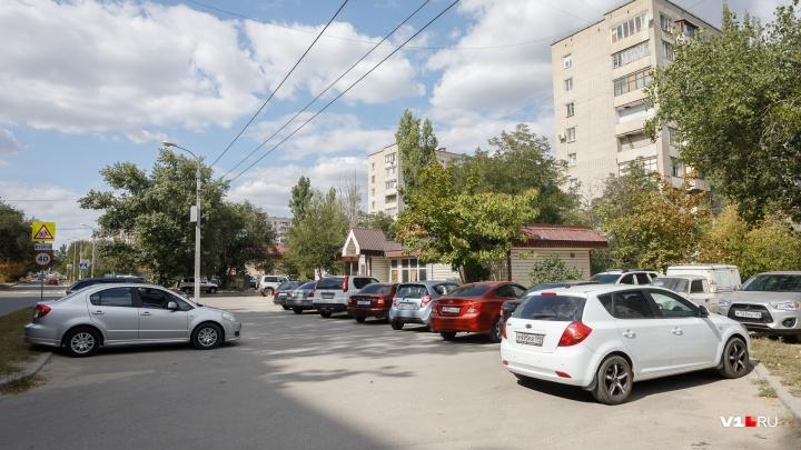 Чиновники пошли против горожан: мэрия отдала парковку в центре Волгограда под расширение магазина
