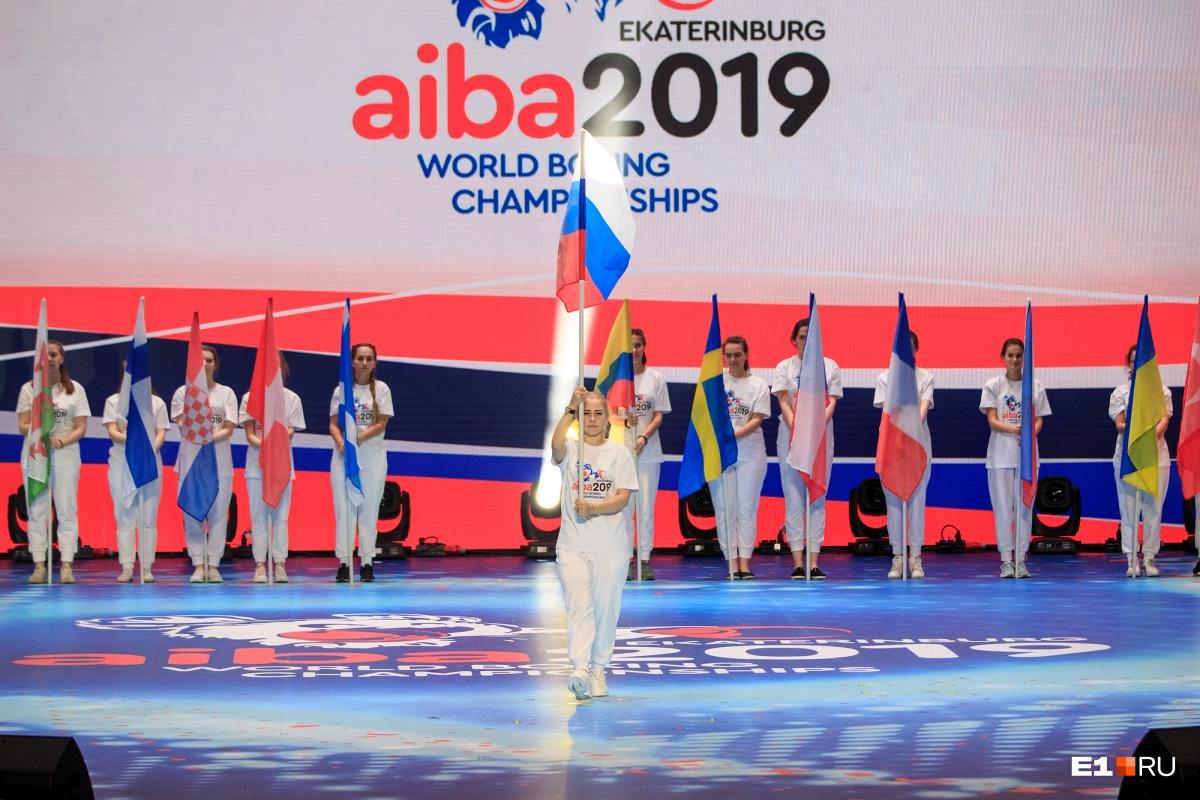 Девушки выносили флаги стран-участниц ЧМ