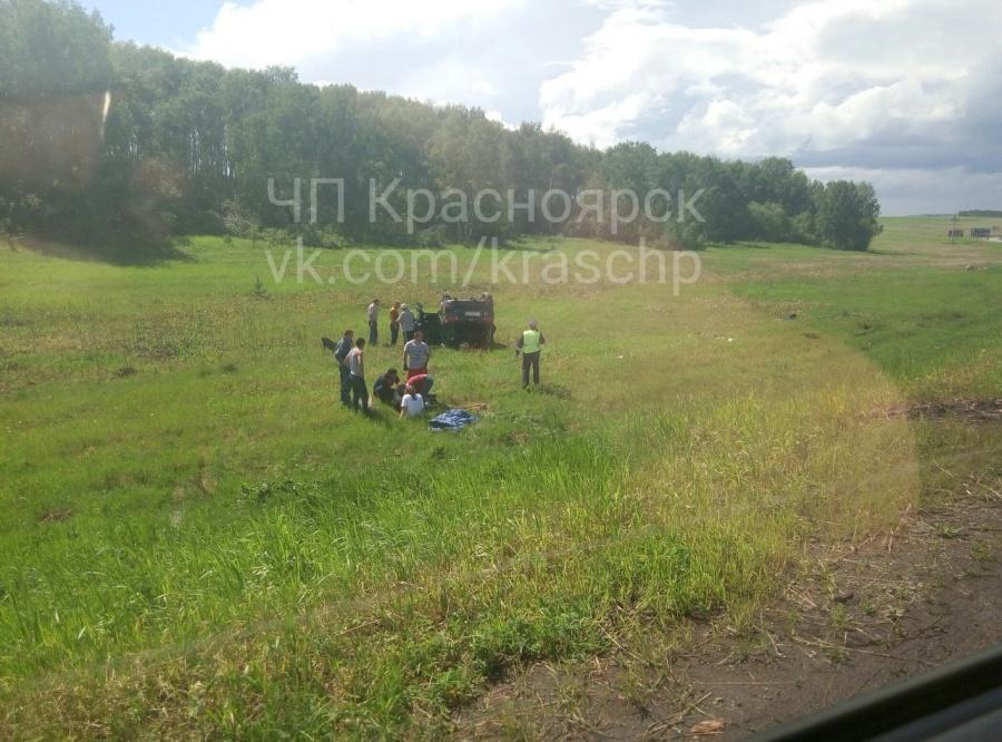 Натрассе под Красноярском две иномарки улетели вкювет