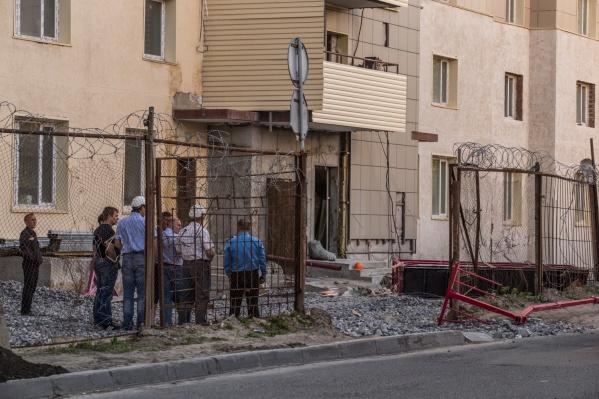 Место падения люльки на ул. Дмитрия Шамшурина