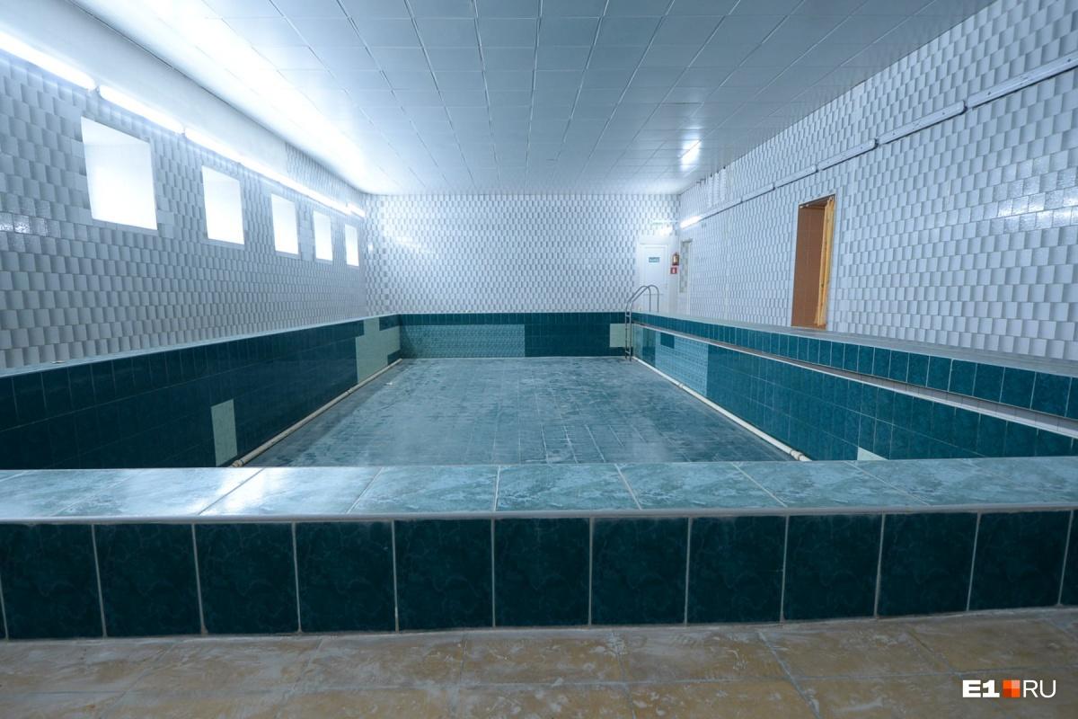Размер бассейна — 6 на 12 метров, он предназначен для обучения плаванию детей с 1-го по 4-й класс. Его чашу только что обновили перед учебным годом