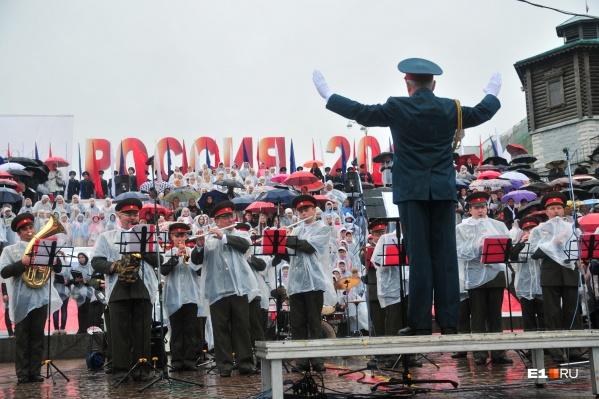 В этом году пению хора на Плотинке будет аккомпанировать сводный духовой оркестр на основе «Уралбэнда»