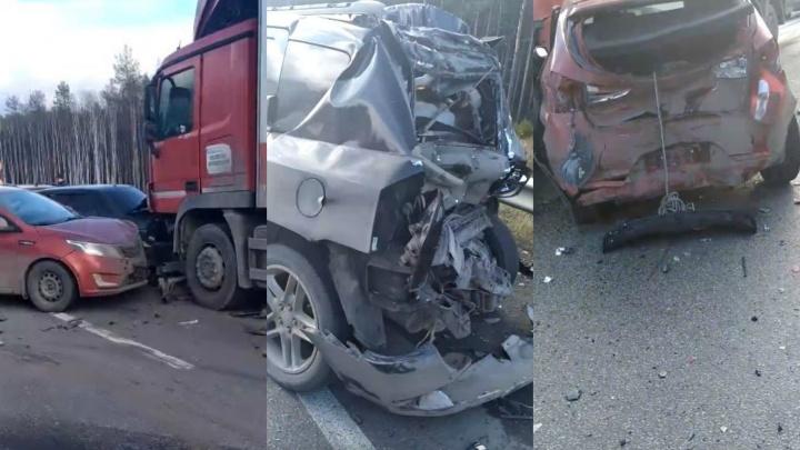Из-за массовой аварии на ЕКАД перекрыли движение между Московским и Серовским трактами