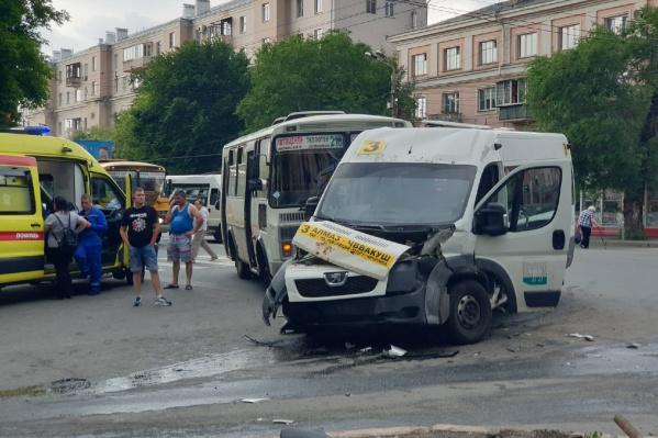 В ДТП пострадали водитель и пассажир грузовой «Газели», а также пассажир маршрутки