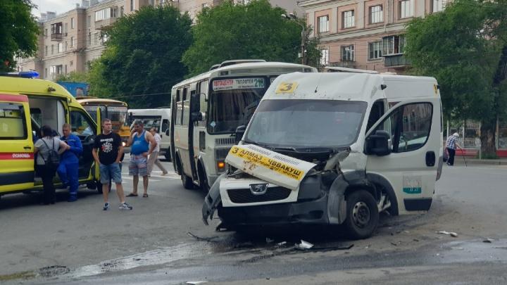 Трое в больнице: в Челябинске водитель грузовой «Газели» протаранил две маршрутки