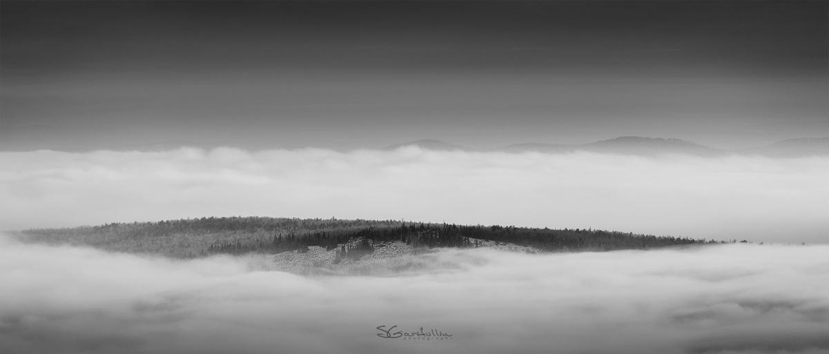 Южный Урал, вид с хребта Уреньга. «Некоторые горы выглядят как дрейфующие острова в облаках»,— замечает фотограф