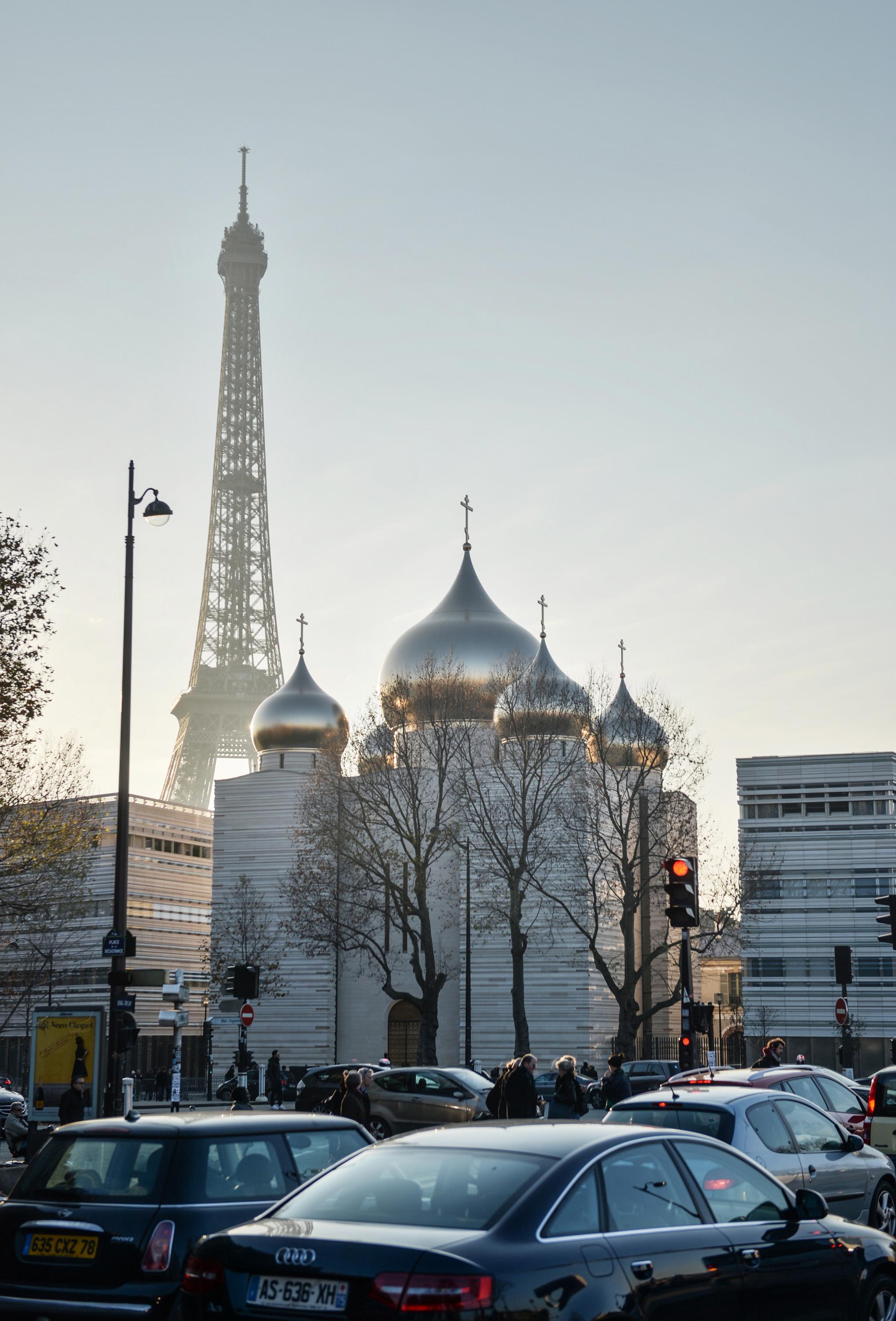 В Париже РПЦ построила храм в современной стилистике. Екатеринбургские активисты также предлагали вписать новый храм в архитектуру города
