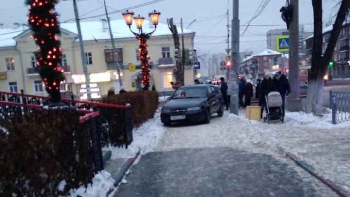 На Уралмаше после столкновения иномарку выбросило на тротуар: пострадала женщина