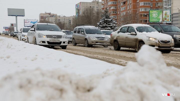 «Видно на сто метров»: дорожники выпустили со стоянок застоявшиеся из-за снега фуры Волгограда