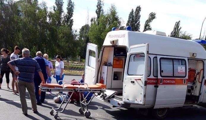 Куски байка разбросало по дороге: в Тольятти мотоциклист сбил насмерть пешехода