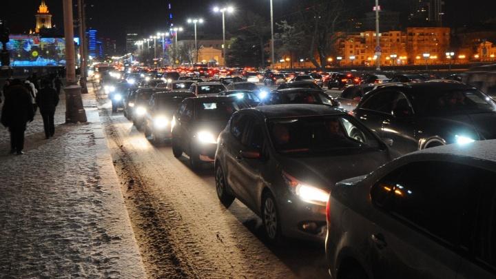 Вечером в пятницу Екатеринбург застыл в 9-балльных пробках