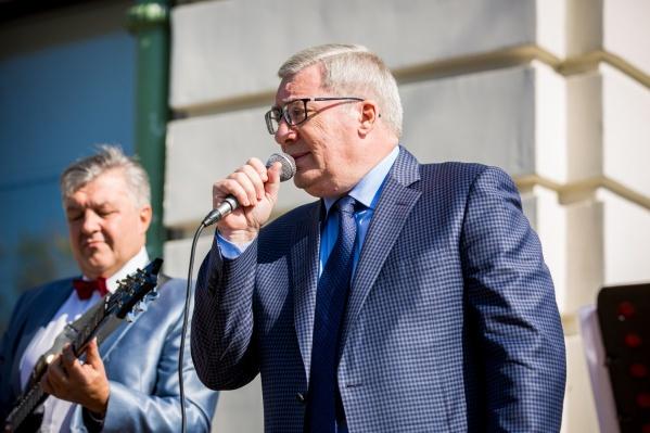 Виктор Толоконский поёт в Первомайском сквере Новосибирска на праздновании 80-летия области 16 сентября