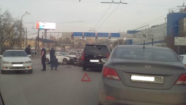 Момент ДТП на улице Челюскинцев, где столкнулись четыре автомобиля, попал на видео