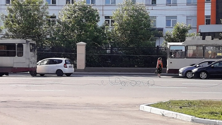 Будет грандиозная пробка: фура и троллейбус практически перекрыли движение в Советском районе