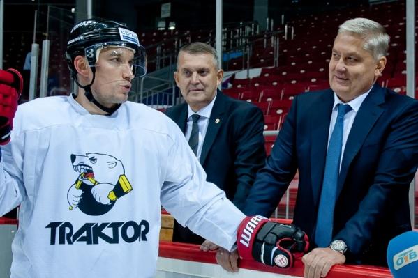 Капитан команды Александр Шинин (слева) может прощаться с генменеджером клуба Евгением Губаревым и директором Иваном Сеничевым