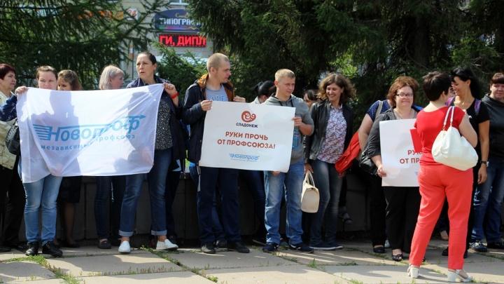 После пикета рабочих фабрики «Сладонеж» в Омске глава профсоюза заявил, что ему поступают угрозы
