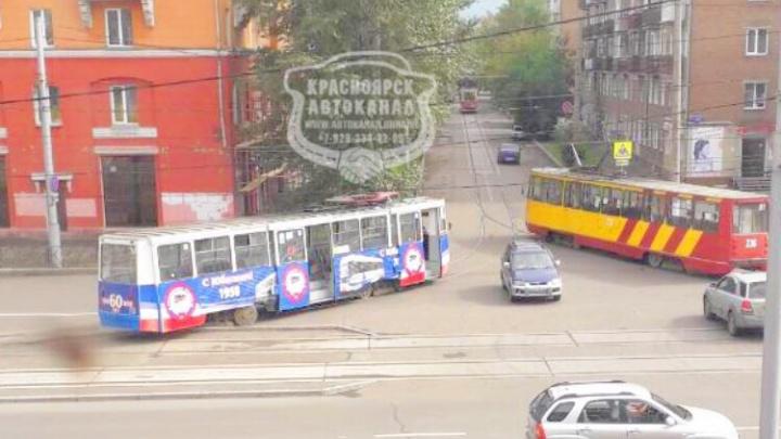 Трамвай сошёл с рельс на Красрабе и перегородил проезжую часть