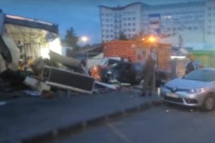"""Авария случилась рано утром 12 августа: Mercedes C-180&nbsp;<a href=""""https://news.ngs.ru/more/65258491/"""" class=""""_"""" target=""""_blank"""">вылетел на полосу встречного движения, наехал на киоск и рекламный щит</a>"""