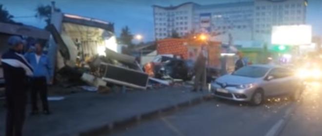 Авария случилась рано утром 12 августа: Mercedes C-180 вылетел на полосу встречного движения, наехал на киоск и рекламный щит