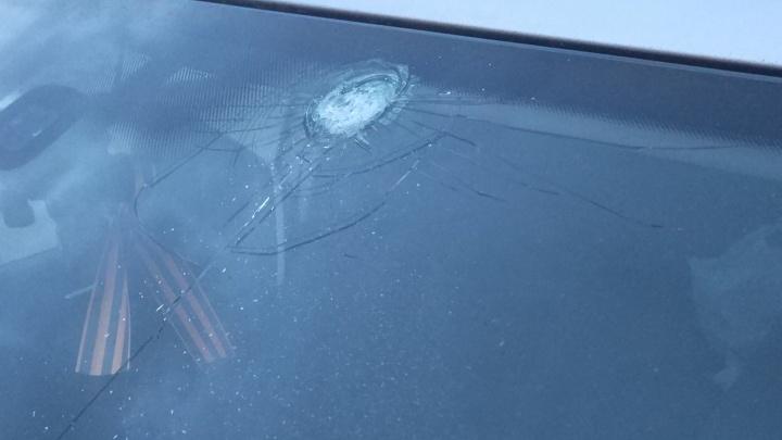 """""""Кто-то выстрелил!"""": екатеринбуржцу пробило лобовое стекло автомобиля, когда он стоял на светофоре"""
