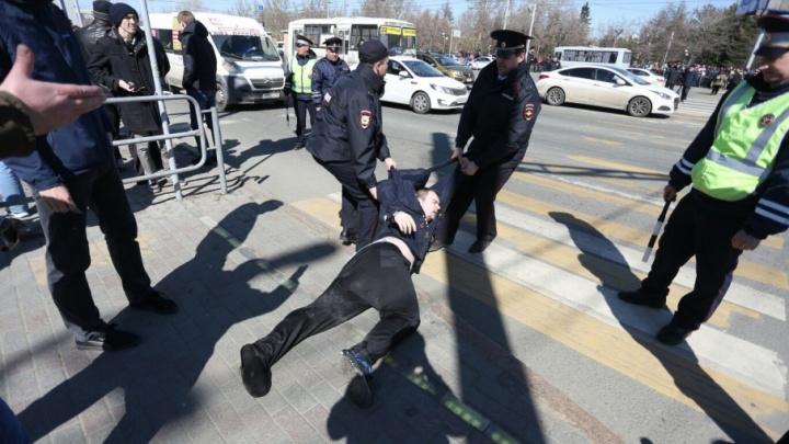 Арест и штраф: челябинцев, задержанных на акции Навального, наказали за съёмку в отделе полиции