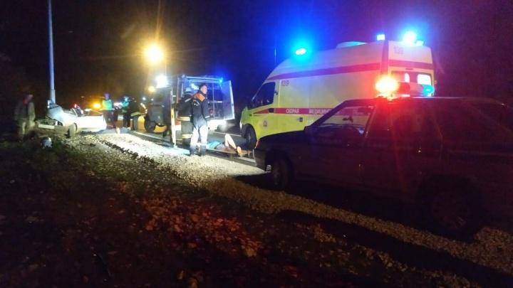 Под Уфой ВАЗ-21099 врезался в столб: погибли парень и девушка, еще двоих увезли на скорой