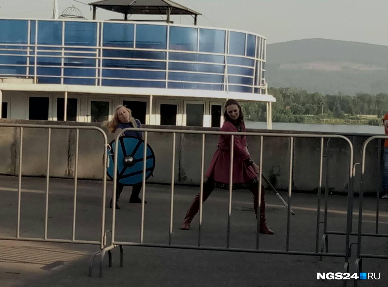За кулисами главной сцены две воинственные девушки готовятся. Наверное, им скоро выступать