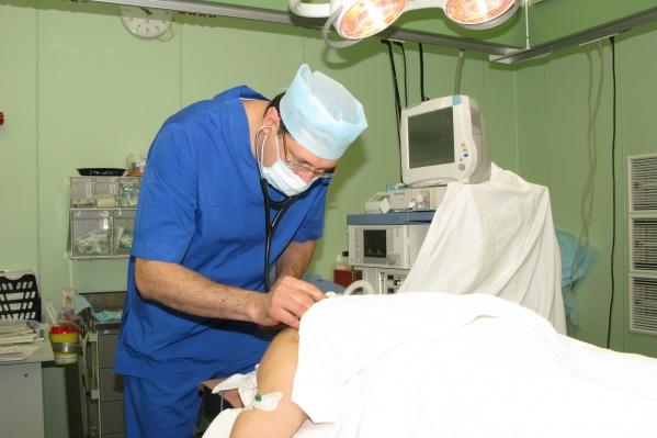 Анестезиолог контролирует сон пациента во время операции