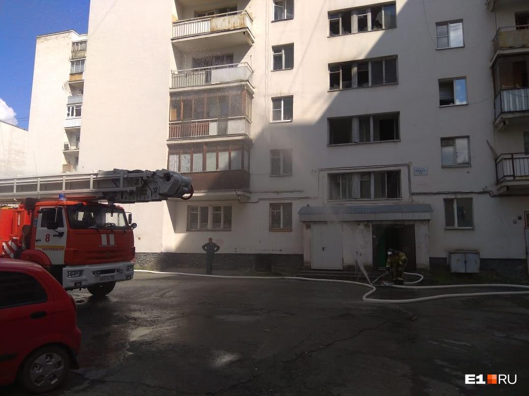 После пожара люди разбрелись кто куда: возвращаться в задымлённые помещения они не рискнули