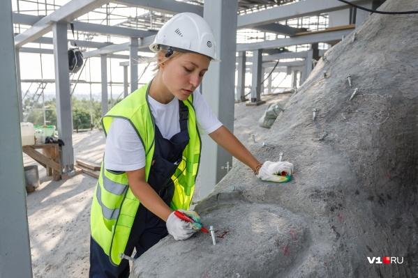 Девушки не боятся давать советов даже опытным строителям