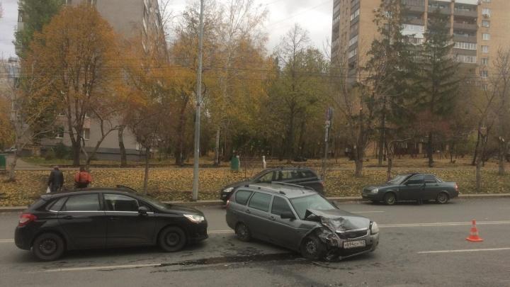 «Иж» подрезал белый внедорожник: на Осипенко произошло массовое ДТП