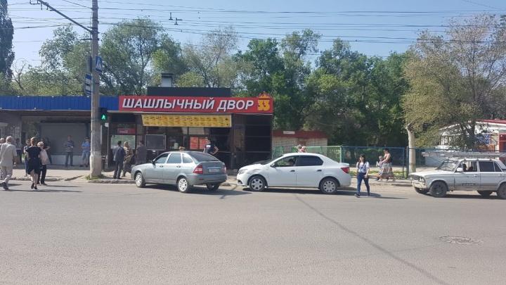 «Огрызаются и ругаются матом»: волгоградские водители атаковали остановку ради шашлыка и шаурмы