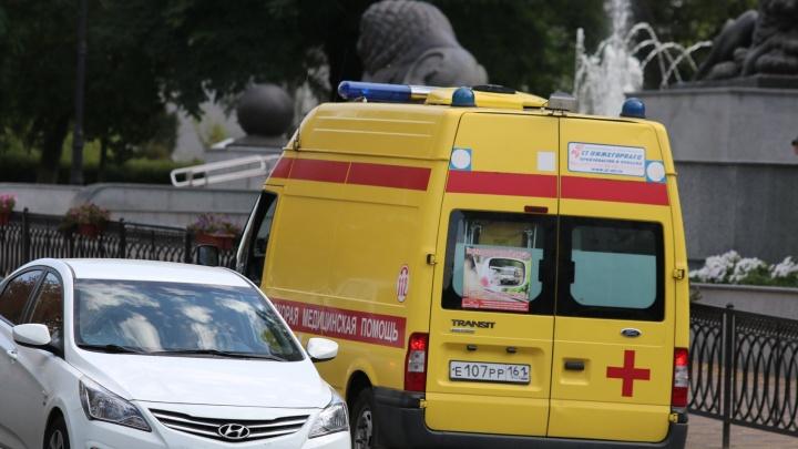На Левенцовке автобус сбил двух взрослых и коляску с ребенком