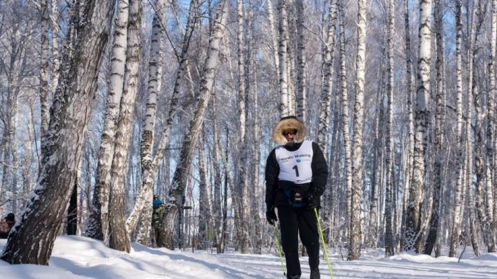 Марафонец сутки ходил по Красноярску с лыжными палками ради рекорда