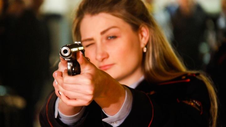 Фото — огонь: лучшие в Новосибирске девушки-полицейские с оружием в руках