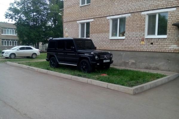 Зачем искать правильное место для парковки, если у тебя Mercedes?