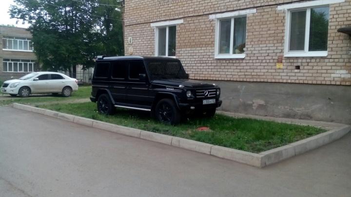 «Я паркуюсь, как…»: уфимские автохамы атаковали улицу Октябрьской Революции у Гостиного двора