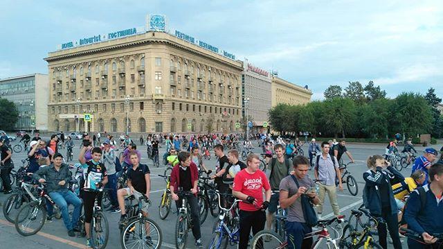При полном параде: 500 волгоградцев в платьях и галстуках проехали по улицам на велосипедах