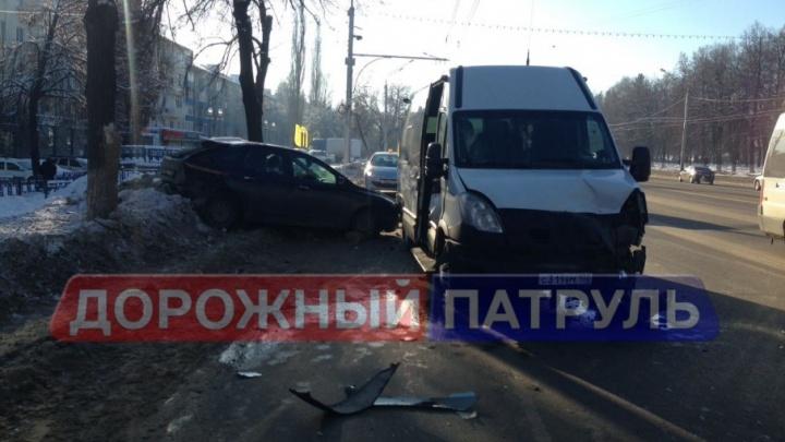 В Уфе микроавтобус врезался в иномарку