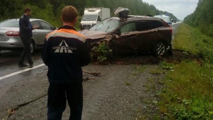 На трассе Екатеринбург — Серов перевернулась машина, водитель вылетел через люк