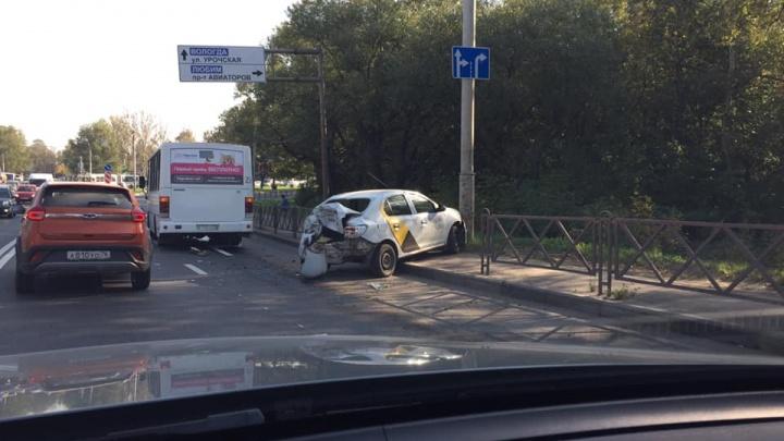 Такси разворотило и вынесло на обочину: Октябрьский мост встал из-за двух ДТП