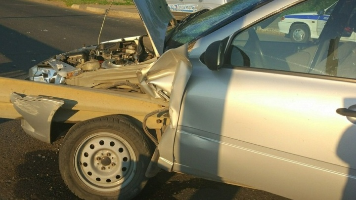 Балка пробила водительское сиденье насквозь: в Тольятти «Калина» влетела в отбойник