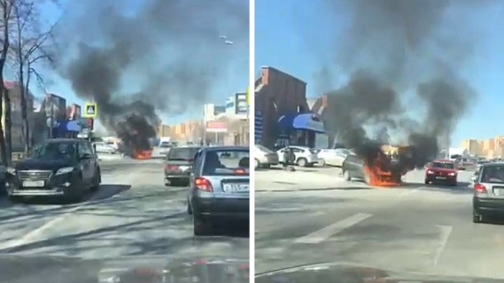 На Товарном шоссе в Тюмени прямо на проезжей части загорелся Ford Focus