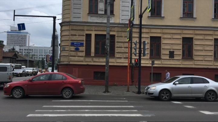 На перекрестке Мира–Вейнбаума снова поменяли работу светофоров и схему перехода для пешеходов