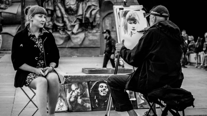"""Ищите на кадрах себя: студентка сняла чёрно-белое """"кино"""" о прохожих на улицах Екатеринбурга"""